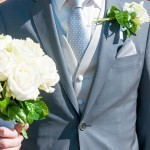 lo sposo Pierre-Henri dettaglio abito e bouquet
